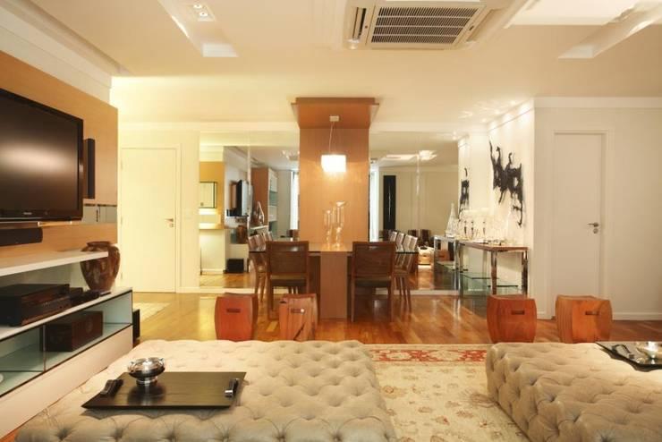 Apartamento Barra da Tijuca: Salas de jantar  por Cris Moura Arquitetura