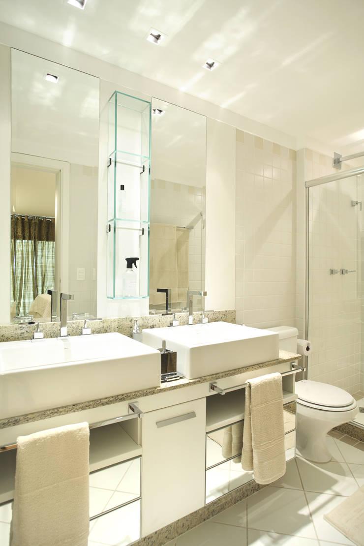 Apartamento Barra da Tijuca: Banheiros  por Cris Moura Arquitetura