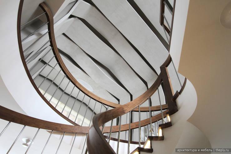 Вид на потолок с винтовой лестницы: Коридор и прихожая в . Автор – Ply, Минимализм