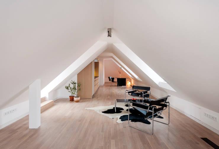 Dachgeschossausbau Vordergebäude: minimalistische Wohnzimmer von arcs architekten
