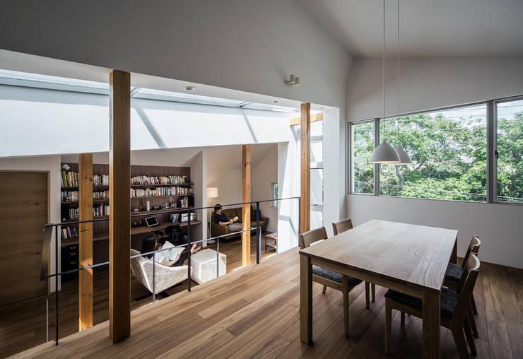 クレバスハウス ダイニングルームから書斎+リビングルーム: 株式会社seki.designが手掛けたリビングです。,モダン