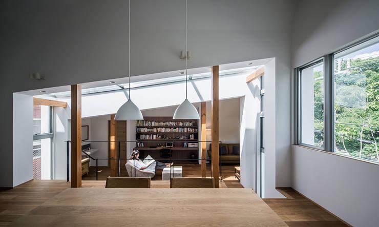 クレバスハウス ダイニングルームから書斎+リビングルーム: 株式会社seki.designが手掛けたダイニングです。,モダン