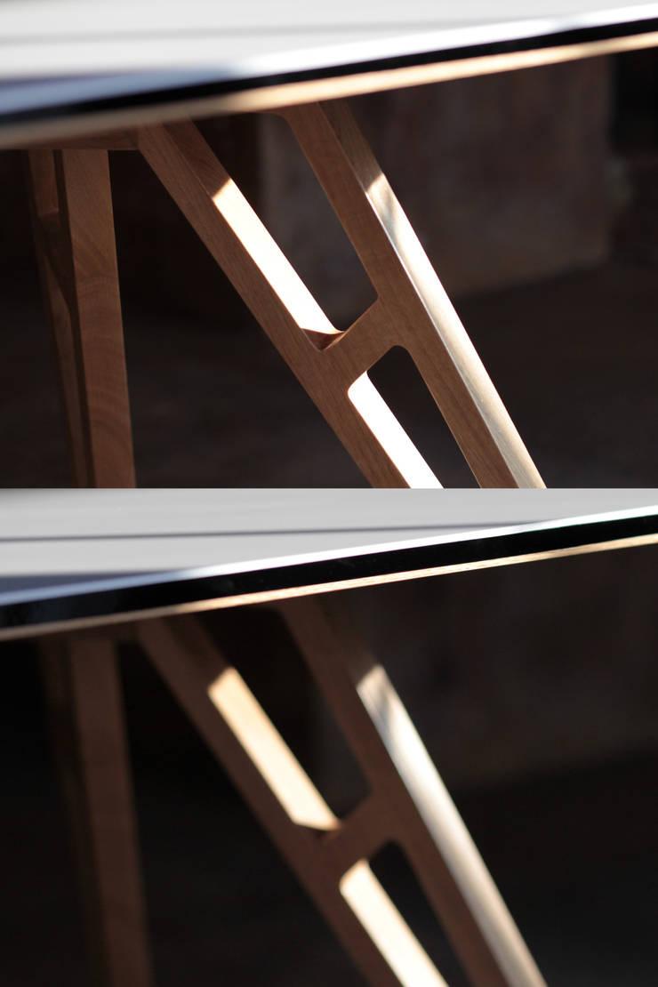Stół RAM: styl , w kategorii Jadalnia zaprojektowany przez ROARHIDE Industrial designs