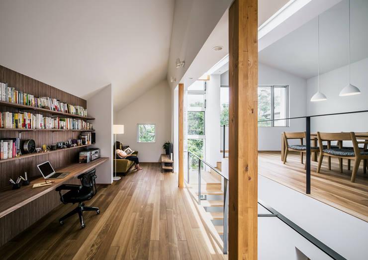 クレバスハウス <空間のズレ>が生みだす快適な生活: 株式会社seki.designが手掛けたリビングです。,モダン