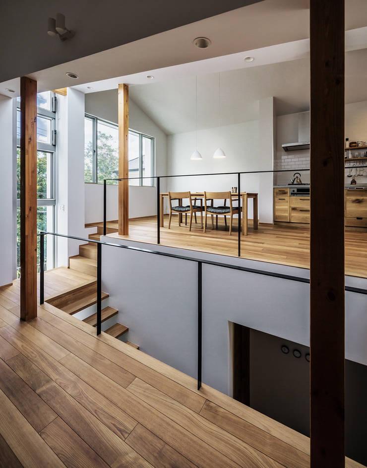 クレバスハウス 書斎+リビングルームからダイニング・キッチン: 株式会社seki.designが手掛けたダイニングです。,モダン
