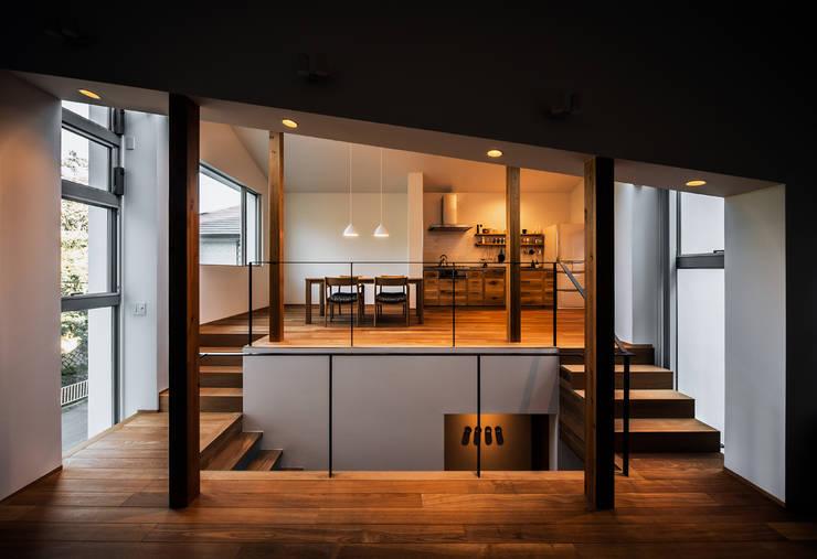 クレバスハウス 書斎+リビングルームからダイニング・キッチン: 株式会社seki.designが手掛けたリビングです。,モダン