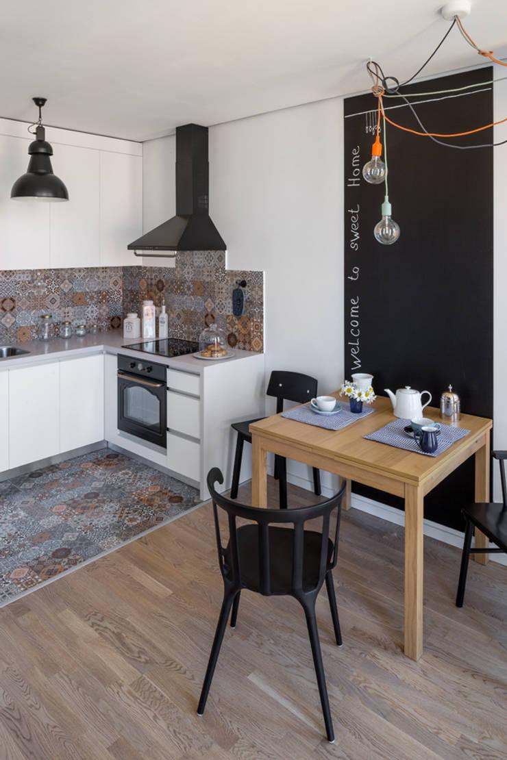 Проект однокомнатной квартиры-студии  40 м² : Кухни в . Автор – SAZONOVA group