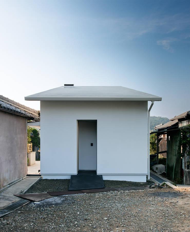 押部谷の家 若夫婦の玄関アプローチ: 株式会社seki.designが手掛けた家です。