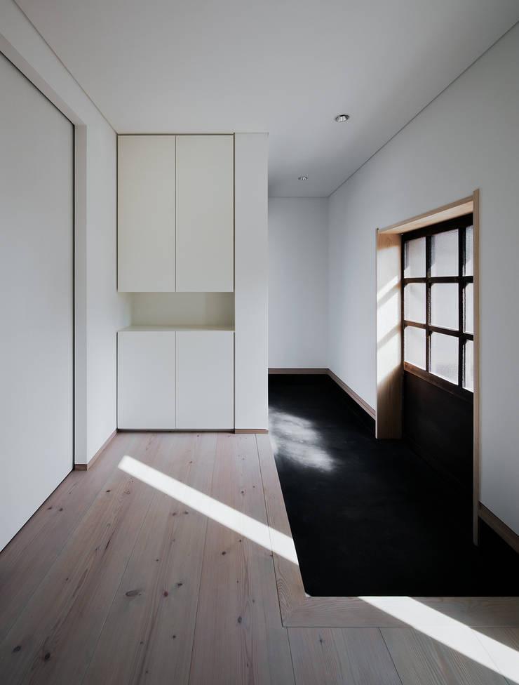押部谷の家 玄関土間: 株式会社seki.designが手掛けた廊下 & 玄関です。