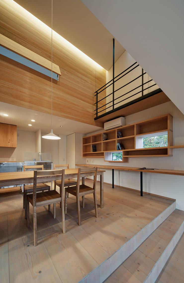 押部谷の家 リビングから吹き抜けを仰ぐ: 株式会社seki.designが手掛けたダイニングです。
