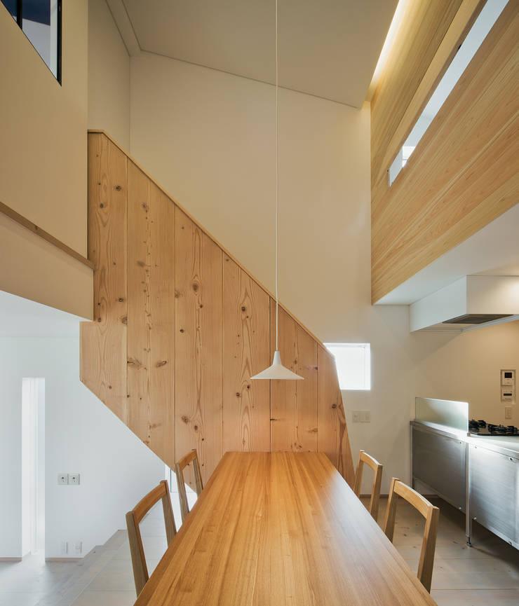押部谷の家 ダイニングルームから階段を見る: 株式会社seki.designが手掛けたダイニングです。
