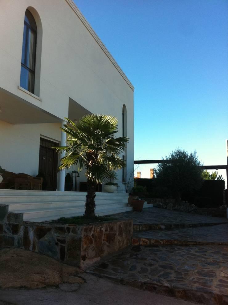 Fachada de vivienda unifamiliar.: Casas de estilo  de Proyectos Carmona