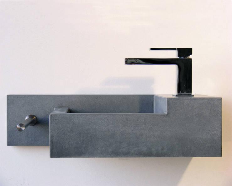 Gästewaschtisch Okawa:  Badezimmer von oggi-beton