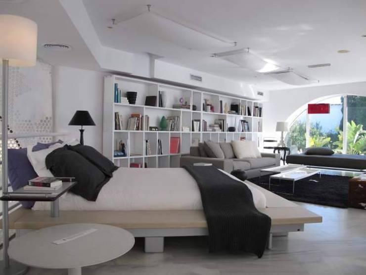 Marbella Showroom: Dormitorios de estilo  de Iber Maison