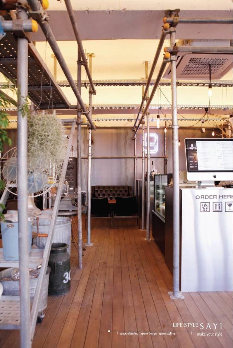 9HERTZ By Lifestyle_Sayi: lifestyle-sayi의  바 & 카페