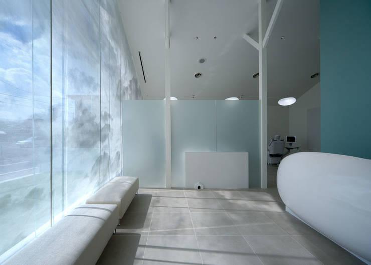 廣瀬歯科診療所 待合スペース: eleven nine interior design officeが手掛けた病院です。
