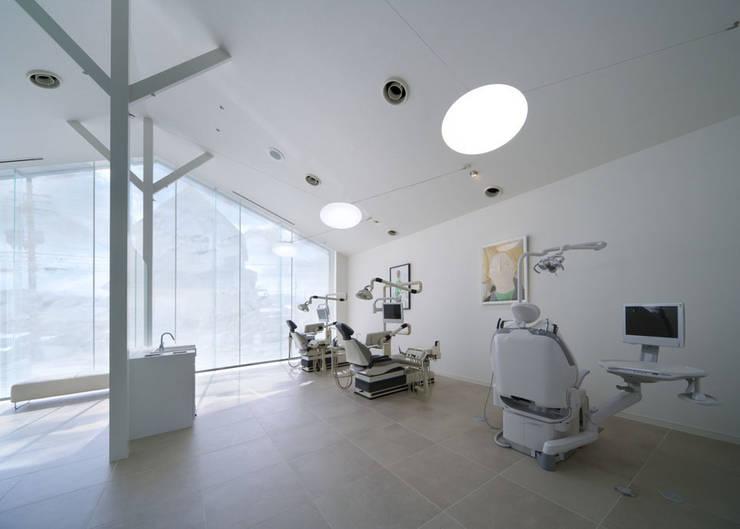 廣瀬歯科診療所 診察スペース: eleven nine interior design officeが手掛けた病院です。