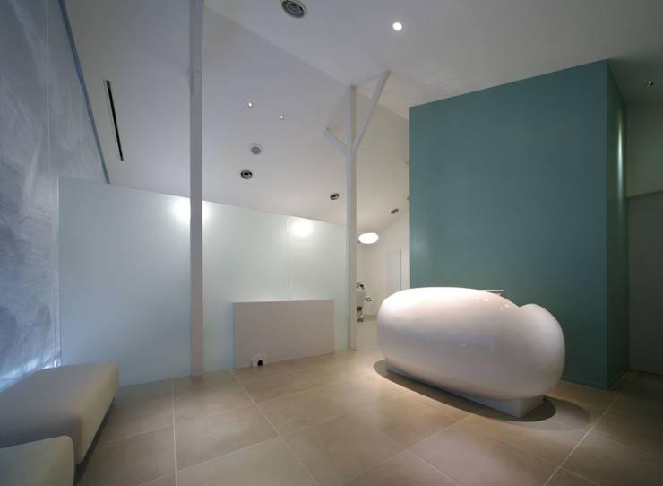廣瀬歯科診療所 受付&待合 NIGHT TIME: eleven nine interior design officeが手掛けた病院です。