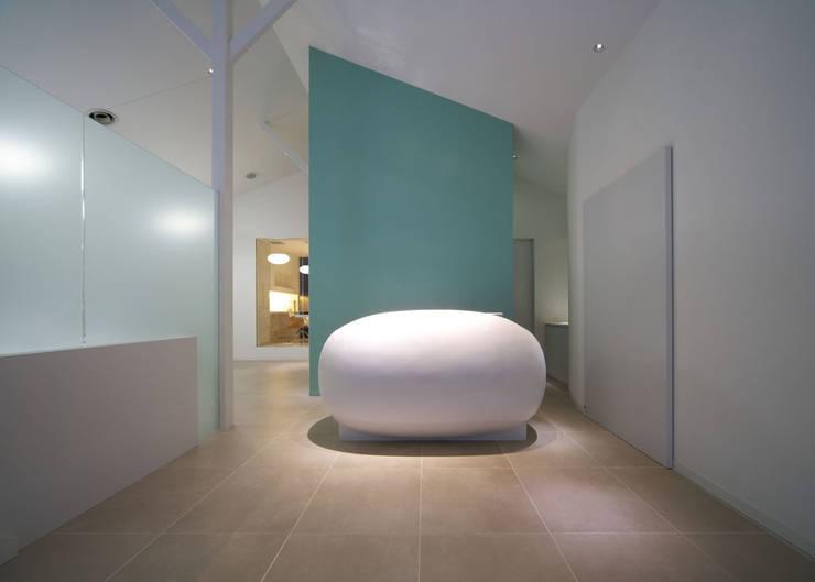 廣瀬歯科診療所 受付 NIGHT TIME: eleven nine interior design officeが手掛けた病院です。