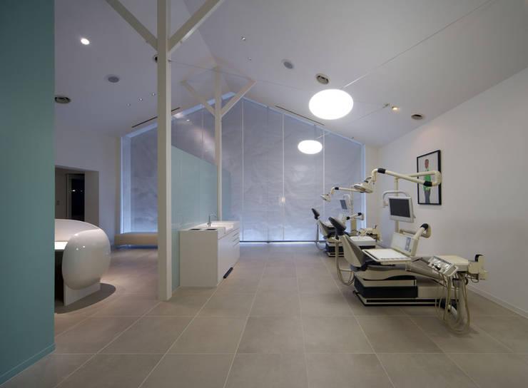 廣瀬歯科診療所 診察室 NIGHT TIME: eleven nine interior design officeが手掛けた病院です。