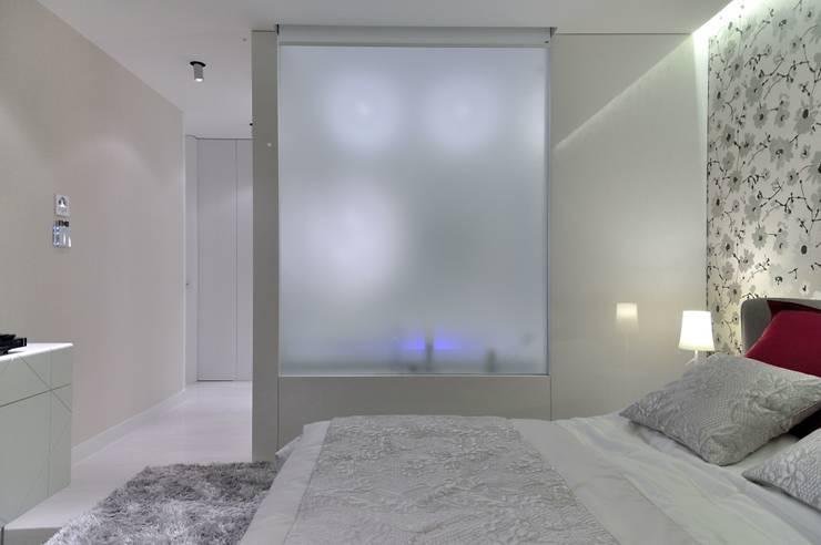 Sea Towers Apartment: styl , w kategorii Sypialnia zaprojektowany przez Minsterstwo Spraw We Wnętrzach