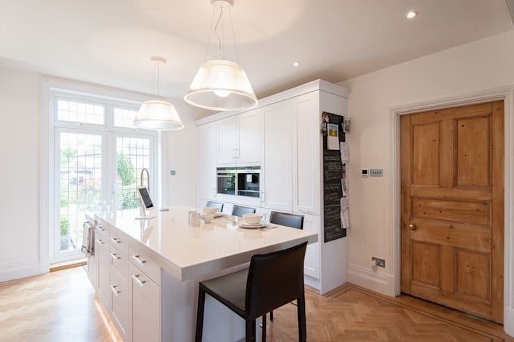 Traditional meets contemporary white kitchen:  Kitchen by Urban Myth