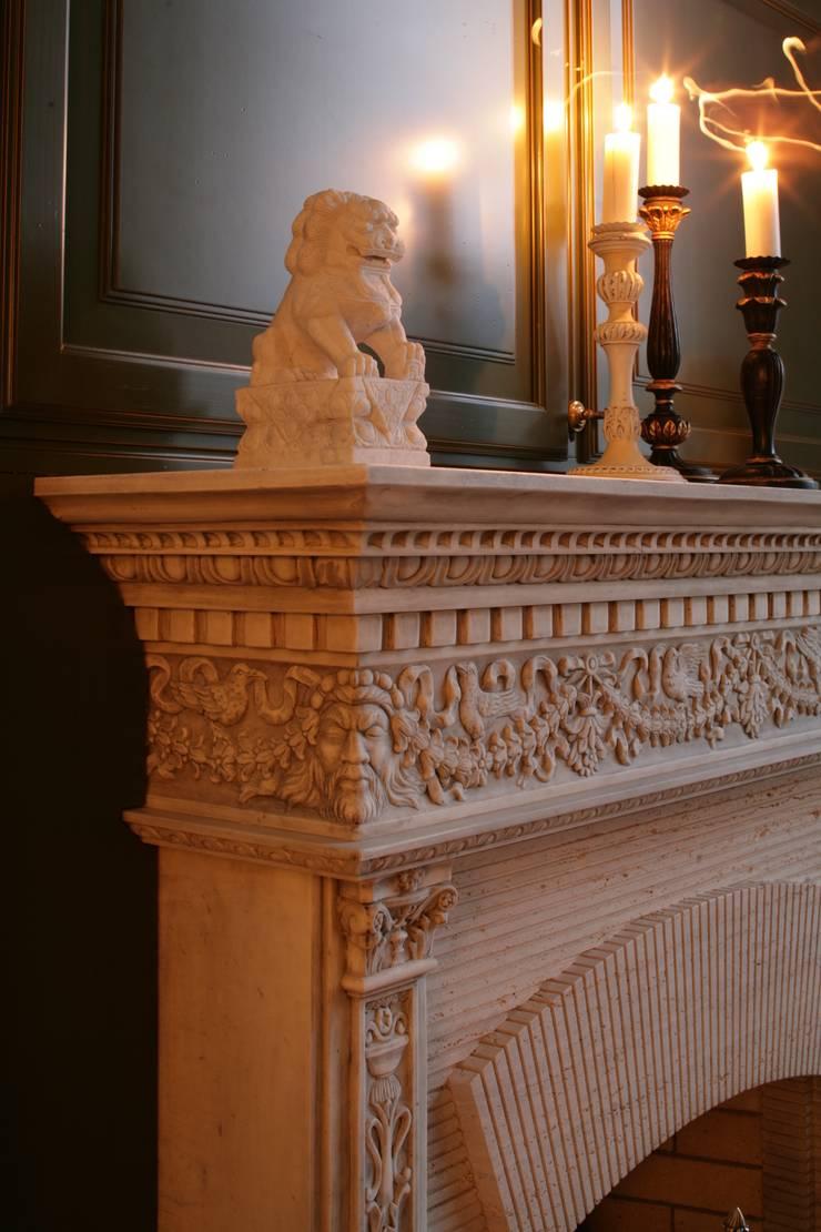 Камин: Гостиная в . Автор – DECORA