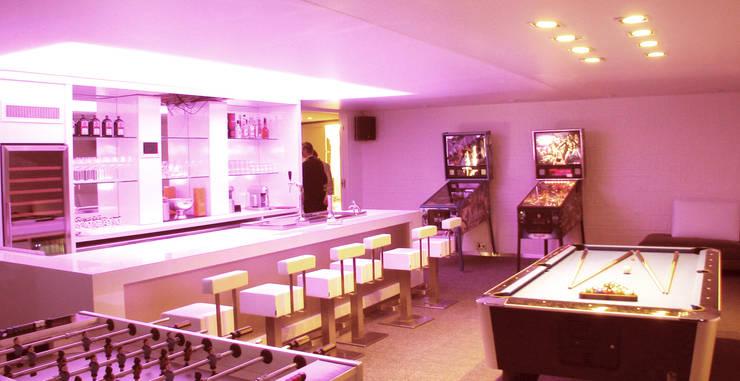 bar/speelruimte woning Noord-Holland: moderne Mediakamer door AVEM Architecten