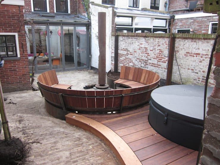 Stadsbinnentuin met jacussi:  Tuin door Van Dijk Tuinen Groningen