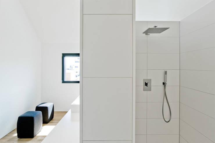 Haus K in Friedrichstal:  Badezimmer von Thomas Fabrinsky Dipl.-Ing. Freier Architekt BDA