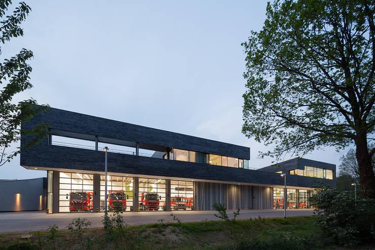 Brandweerkazerne Doetinchem:  Kantoor- & winkelruimten door Bekkering Adams architecten, Modern