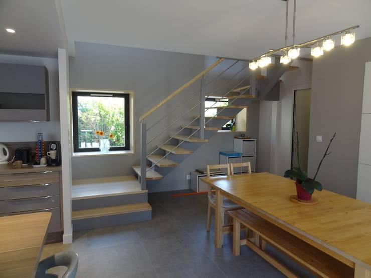 Rénovation longère extension bois et zinc – Locmariaquer: Couloir et hall d'entrée de style  par atelier 742