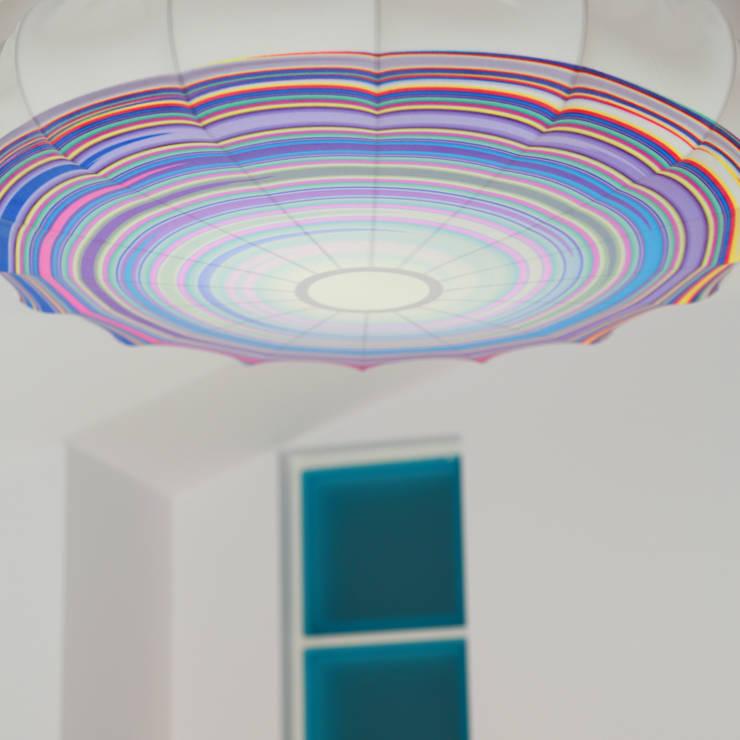 Plafon Energizer (duży): styl , w kategorii Salon zaprojektowany przez Lumiforma