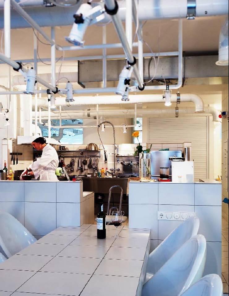 Кухня белого дома: Кухни в . Автор – Archivolto
