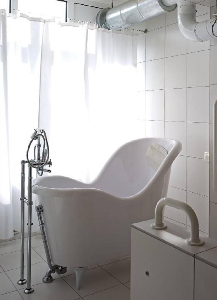 Кухня белого дома: Ванные комнаты в . Автор – Archivolto