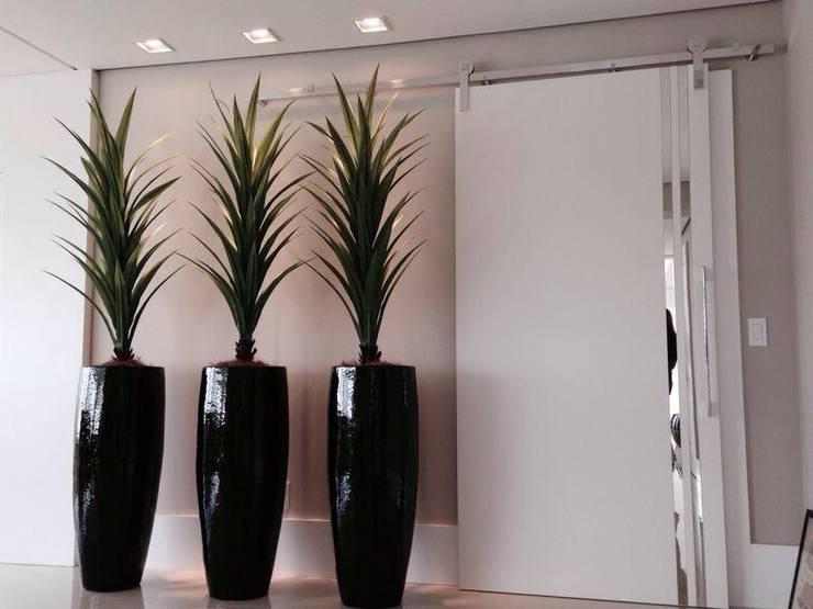 ACESSO ÁREA ÍNTIMA: Corredores e halls de entrada  por Motta Viegas arquitetura + design,