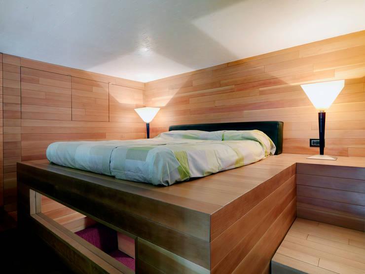 Raumplan Milanese: Camera da letto in stile  di Daniele Geltrudi