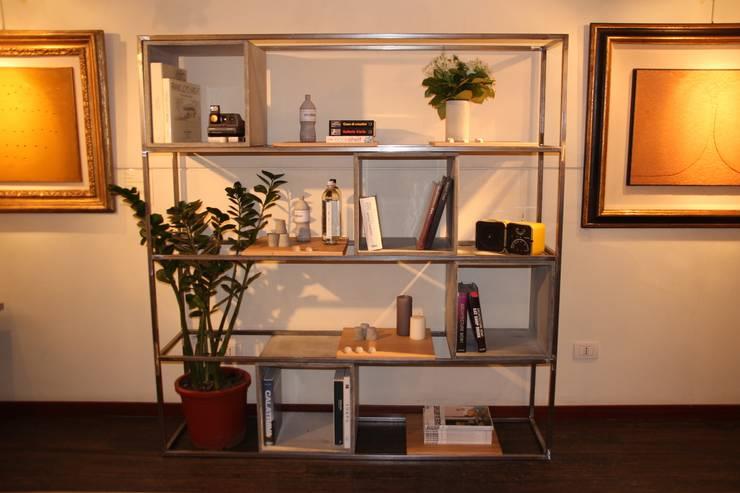 QuQu Bookshelf: Casa in stile  di Pillsdesign