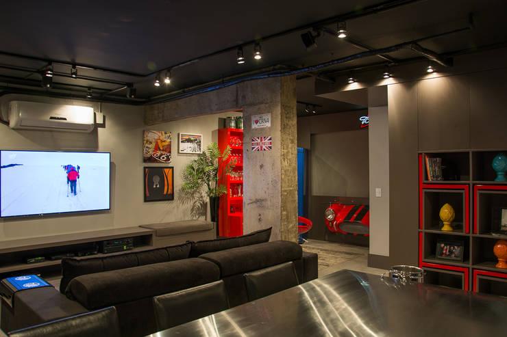 Loft jovem solteiro: Salas de estar  por Leticia Sá Arquitetos