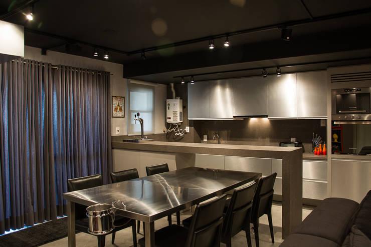 cozinha integrada com sala de jantar: Cozinhas  por Leticia Sá Arquitetos