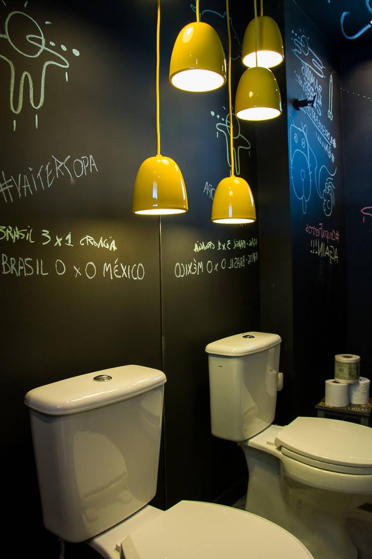 Loft jovem solteiro: Banheiros  por Leticia Sá Arquitetos