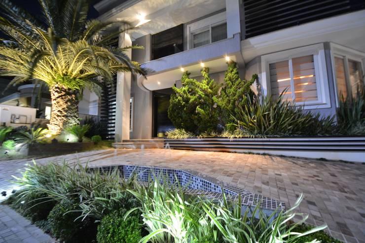Recanto ao natural: Casas  por Paulinho Peres Group