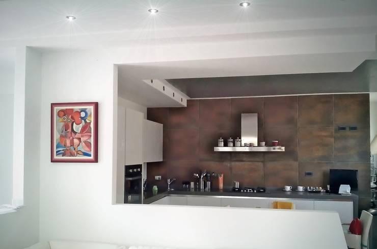 La cucina vista dal soggiorno: Cucina in stile in stile Moderno di Sergio Bini