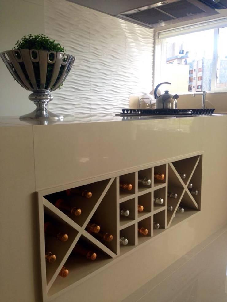 COZINHA INTEGRADA: Armários e bancadas de cozinha  por Motta Viegas arquitetura + design,