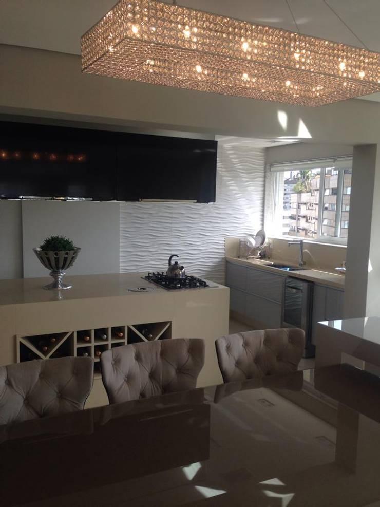 COZINHA | COIFA  & TELEVISÕES: Armários e bancadas de cozinha  por Motta Viegas arquitetura + design