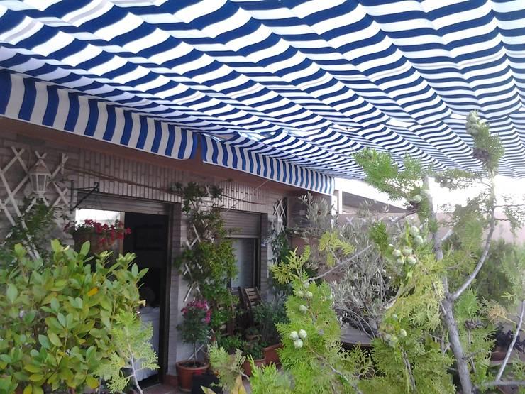 Balcones y terrazas de estilo  por TOLDOS TOLVEN