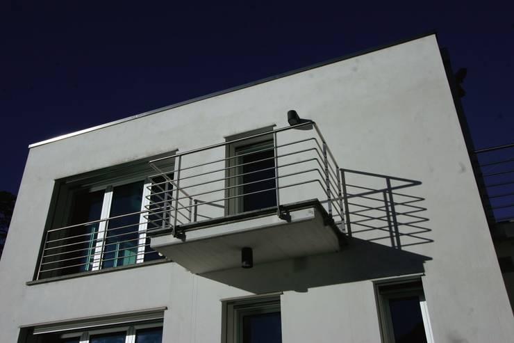 Villa ispirata al filone Razionalista: Case in stile  di Archiluc's - Studio di Architettura Stefano Lucini Architetto