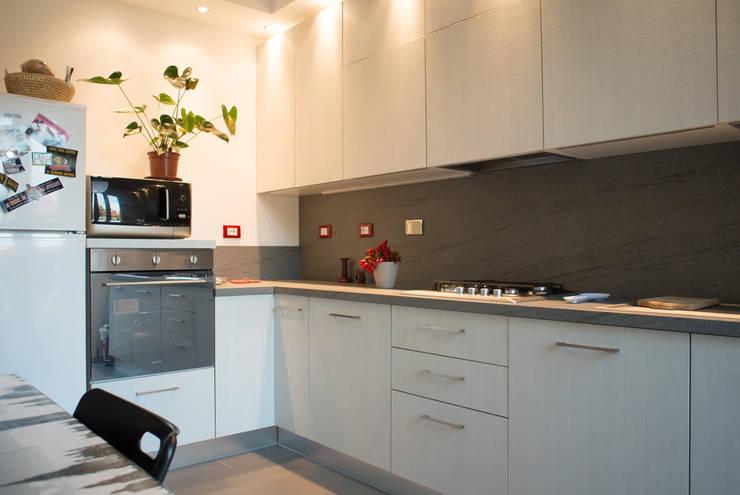 cucina: Cucina in stile in stile Moderno di Alessandro D'Amico