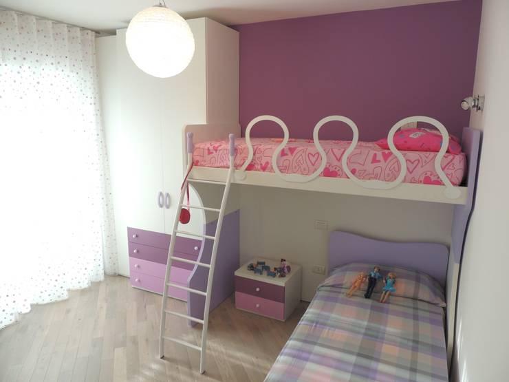 Appartamento per le vacanze: Stanza dei bambini in stile  di Nadia Moretti