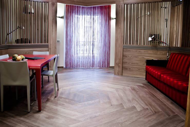 INTRO - il Palazzo: Soggiorno in stile in stile Classico di studio lenzi e associati